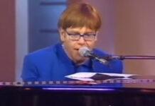 Veja Elton John musicando o texto de um manual de instruções (?)