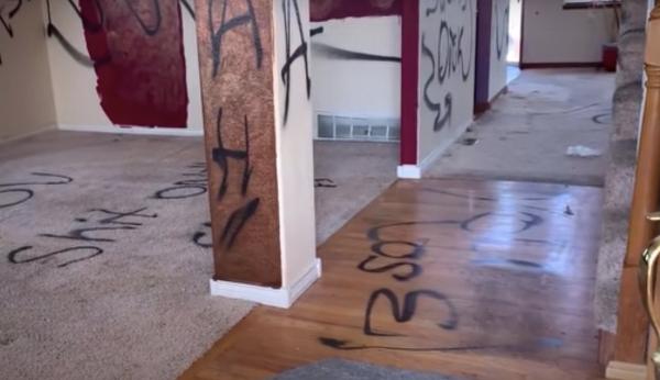 Pixações, gatos mortos e carne podre numa casa para alugar. Tá a fim?